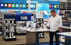 Un cliente mira productos en una tienda Best Buy, en Denver, 14 de mayo de 2015. El gasto del consumidor estadounidense registró en septiembre su menor aumento en ocho meses debido a que los ingresos subieron muy levemente, lo que sugiere cierto enfriamiento de la demanda local tras fuertes avances recientes. REUTERS/Rick Wilking