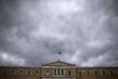 La Vouli, le Parlement grec, a entériné samedi la loi de recapitalisation du secteur bancaire. Ce même jour, la Banque centrale européenne a annoncé estimer à 14,4 milliards d'euros au plus les besoins de capitaux des banques grecques dans l'hypothèse d'une nouvelle dégradation de la situation économique. /Photo prise le 30 octobre 2015/REUTERS/Alkis Konstantinidis
