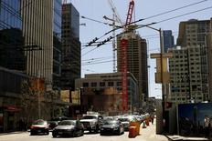 Cars wait for traffic near a residential construction project in downtown San Francisco, California April 16, 2015. REUTERS/Robert Galbraith