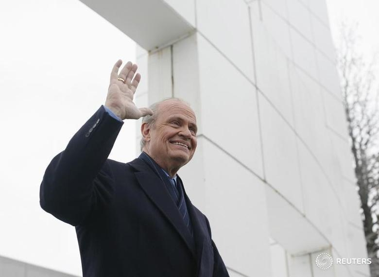 Former U.S. Republican Party Presidential candidate, former Senator Fred Thompson (R-TN), waves as he leaves the Republican party debate in Johnston, Iowa, in this file photo taken on December 12, 2007. REUTERS/Keith Bedford