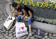 """Tourists take a break in the decorated yard of Brussels' town hall at the """"Flowertime"""" event, Belgium, August 12, 2015. REUTERS/Francois Lenoir"""