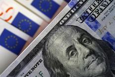 Банкноты доллара США и евро. София, 12 марта 2015 года. Крупные инвестиционные банки снижают прогнозы по паре евро/доллар и доходности облигаций еврозоны на фоне ожиданий дальнейшего расхождения курсов денежно-кредитной политики США и еврозоны в следующем месяце. REUTERS/Stoyan Nenov