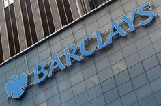 Répétition du titre. Barclays a accepté de payer 94 millions de dollars (85 millions d'euros) afin de mettre un terme à une procédure judiciaire aux Etats-Unis pour manipulation présumée du taux interbancaire Euribor, selon des documents judiciaires déposés devant un tribunal fédéral de Manhattan. /Photo prise le 20 mai 2015/REUTERS/Mike Segar