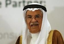 El ministro de Petróleo saudita, Ali al-Naimi, asiste a una exhibición en Riyadh, 27 de octubre de 2015. El secretario de Energía estadounidense, Ernest Moniz, y el ministro de Petróleo saudita, Ali al-Naimi, se reunieron el martes en Riad para discutir los mercados globales de energía, incluyendo la oferta y demanda de crudo y los movimientos de inventarios, reportó la agencia estatal de noticias SPA. REUTERS/Faisal Al Nasser