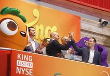 """En la imagen de archivo, directivos de la compañía King Digital Entertainment Plc celebran su salida en la Bolsa de Nueva York, el 26 de marzo de 2014. El fabricante de videojuegos Activision Blizzard Inc dijo que comprará King Digital Entertainment, creador de """"Candy Crush Saga"""", por 5.900 millones de dólares para reforzar su cartera de juegos para móviles. REUTERS/Brendan McDermid"""