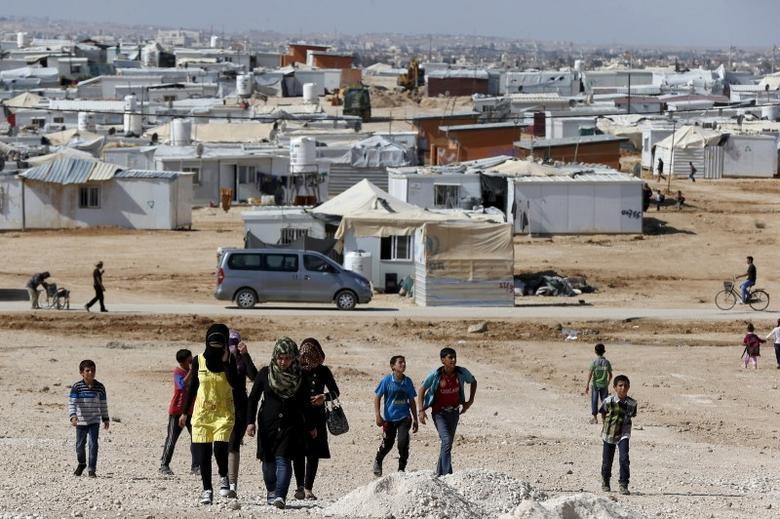 Syrian refugees walk at Al Zaatari refugee camp in the Jordanian city of Mafraq, near the border with Syria, November 1, 2015. REUTERS/ Muhammad Hamed