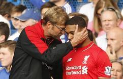 Técnico do Liverpool, Juergen Klopp, conversando com jogador Jordon Ibe, em partida contra o Chelsea.    31/10/2015 Action Images via Reuters / John Sibley Livepic