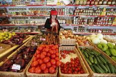 Овощи в магазине в Химках 25 января 2015 года. Российский Центробанк очень беспокоит сезонный рост цен на овощи и фрукты, именно поэтому финансовый регулятор озаботился развитием инструментов для поддержки овощехранилищ, сказала глава ЦБР Эльвира Набиуллина. REUTERS/Maxim Zmeyev
