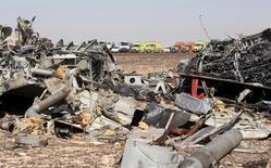 Обломки рухнувшего российского авиалайнера близ города Эль-Ариш в Египте 1 ноября 2015 года. Министерство гражданской авиации Египта сообщило во вторник об отсутствии доказательств заявлений российской стороны о том, что разбившийся над Синайским полуостровом в субботу лайнер развалился в воздухе. REUTERS/Mohamed Abd El Ghany