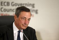 El presidente del Banco Central Europeo, Mario Draghi, en una rueda de prensa en St. Julian, Malta, oct 22, 2015. Los responsables del Banco Central Europeo revisarán cuando se reúnan en diciembre el grado de estímulo monetario que han implementado y seguirán dispuestos a actuar si es necesario, dijo el martes su presidente, Mario Draghi.  REUTERS/Darrin Zammit Lupi IMAGEN CON RESTRICCIÓN DE USO EN MALTA