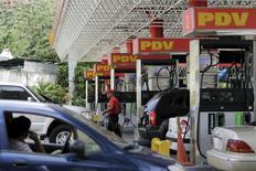 Una gasolinera en Caracas, el 28 de octubre de 2015. Venezuela insistirá en un mecanismo de bandas para ponerle un piso de entre 70 y 80 dólares al precio internacional del crudo en una próxima cumbre en Arabia Saudita entre países de América del Sur y naciones árabes, dijo el martes el presidente Nicolás Maduro. REUTERS/Marco Bello