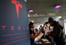 Un reclutador de la compañía Tesla habla con una persona que busca empleo, en una feria de carreras en San Francisco, California, 25 de agosto de 2015. El sector privado de Estados Unidos creó 182.000 puestos de trabajo en octubre, apenas por encima de las expectativas de los economistas, indicó el miércoles un reporte del procesador de nóminas ADP. REUTERS/Robert Galbraith