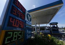 Los precios de diversos combustibles en una gasolinera en Encinitas, EEUU, ago 4, 2015. La demanda mundial de petróleo de la OPEP se mantendrá presionada en los próximos años, dijo el grupo productor en un reporte interno, lo que alentaría un debate sobre su estrategia de defender la cuota de mercado en lugar de los precios.   REUTERS/Mike Blake