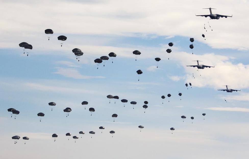 Resultado de imagen de Military airborne falling