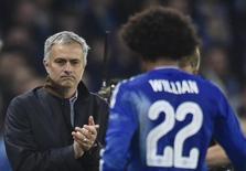 José Mourinho, técnico do Chelsea, aplaude meia Willian enquanto ele deixa o campo substituído durante partida contra o Dynamo Kiev pela Liga dos Campeões, em Londres. 04/11/2015 REUTERS/Toby Melville