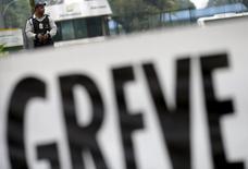 Un guardia de seguridad custodiando la refinería  Duque de Caxias cerca de Río de Janeiro, nov 3, 2015. La producción de petróleo de la estatal Petrobras se ha mantenido estable en unos 179.000 barriles por día menos respecto al nivel previo al inicio de una huelga el fin de semana, dijo el miércoles a Reuters una fuente de la compañía.   REUTERS/Ricardo Moraes