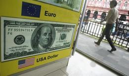 Мужчина проходит мимо пункта обмена валюты в Коломбо. 11 июня 2013 года. Курс доллара снижается накануне выходящего в пятницу отчета о занятости в США. REUTERS/Dinuka Liyanawatte