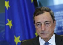 El presidente del Banco Central Europeo, Mario Draghi, durante una reunión en Bruselas, 22 de septiembre de 2015. El Banco Central Europeo decidirá en su próxima reunión si su programa de compra de activos puede contrarrestar una desaceleración económica global o si por el contrario necesita ser incrementado, dijo el jueves su presidente Mario Draghi. REUTERS/Yves Herman