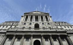 El Banco de Inglaterra, visto en Londres, 7 de agosto de 2013. El Banco de Inglaterra no dio señales el jueves de estar apresurado por empezar a subir sus tasas de interés, al estimar que la inflación cercana a cero repuntará lentamente incluso si los costos de endeudamiento se mantienen sin cambios durante todo el año próximo. REUTERS/Toby Melville