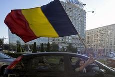 Mulher segura bandeira da Romênia em Bucareste. 04/11/2015  REUTERS/Inquam Photos/Octav Ganea
