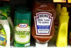 Kraft Heinz Co a creusé sa perte (303 millions de dollars) au troisième trimestre et son résultat par action comme son chiffre d'affaires ont manqué le consensus, en partie du fait du dollar fort qui pénalise ses ventes à l'international. /Photo prise le 25 mars 2015/REUTERS/Eduardo Munoz