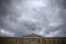 A Greek national flag flutters atop the parliament building in Athens, Greece, October 30, 2015.  REUTERS/Alkis Konstantinidis -