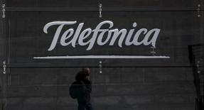 Telefonica a annoncé vendredi sa première hausse du chiffre d'affaires trimestriel réalisé en Espagne depuis 2008 mais son bénéfice net a diminué de 1,9% à 884 millions d'euros, en deçà du consensus des analystes qui le donnait à 998 millions. /Photo prise le 28 avril 2015/REUTERS/Sergio Perez