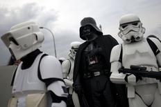Fãs de Star Wars fantasiados de personagens da saga durante evento na Espanha.    24/10/2015  REUTERS/Jon Nazca