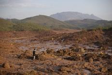 Homem em meio a lama após rompimento de uma barragem de rejeitos da mineradora Samarco, no interior de Minas Gerais.   06/11/2015   REUTERS/Ricardo Moraes