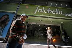 Personas caminan delante de una tienda de Falabella, en el centro de Santiago, 25 de agosto de 2014. La utilidad del grupo minorista chileno Falabella habría crecido un 6,8 por ciento interanual en el tercer trimestre, apoyada en un aumento en sus ventas debido a una mayor superficie y por la consolidación de los resultados de la tienda Maestro en Perú, reveló el viernes un sondeo de Reuters. REUTERS/Ivan Alvarado