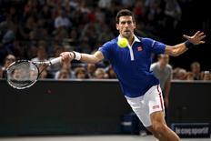 Sérvio Novak Djokovic durante jogo contra o tcheco Tomas Berdych no Masters de Paris, na França, nesta sexta-feira. 06/11/2015 REUTERS/Charles Platiau