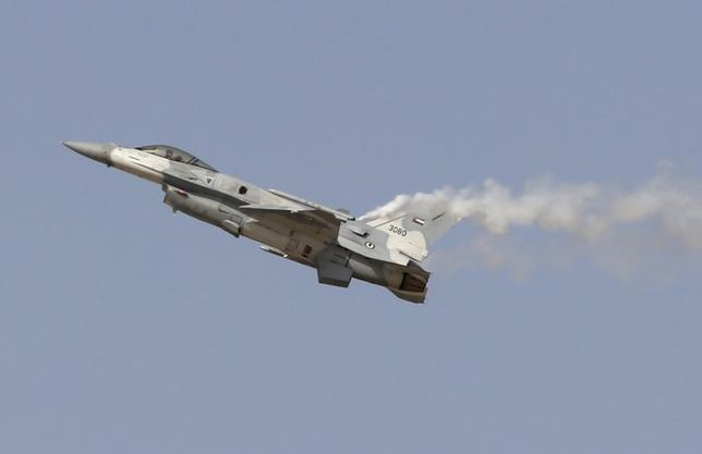 An F16 plane performs at the Dubai Airshow November 8, 2015.  REUTERS/Ahmed Jadallah