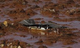 Destroços de uma casa após desastre provocado pelo rompimento de barragens da Samarco em Mariana, Minas Gerais.  06/11/2015   REUTERS/Ricardo Moraes
