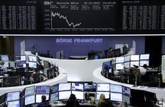 Operadores trabajando en la Bolsa de Fráncfort, Alemania, 30 de octubre de 2015. Las bolsas europeas caían a primera hora del lunes lastradas por las pérdidas de valores del sector automotriz como Renault y Continental, que contrarrestaban los avances de las acciones de energía. REUTERS/Staff/remote