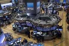 Operadores trabajando en la Bolsa de Nueva York, 6 de noviembre de 2015. Las acciones estadounidenses operaban el lunes con pérdidas tras la apertura de la sesión, ante la preocupación de los inversores por el debilitamiento de la demanda global luego de un sombrío reporte sobre el comercio mundial y el crecimiento económico de este año emitido por la OCDE. REUTERS/Brendan McDermid