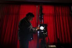 Projecionista Antonio Feliciano antes da exibição de um filme em Monforte, Portugal.    09/11/2015   REUTERS/Rafael Marchante