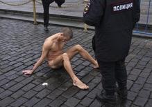Pyotr Pavlensky, um dos artistas performáticos mais radicais da Rússia, durante protesto em Moscou.  10/11/2013   REUTERS/Maxim Zmeyev