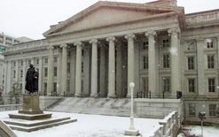 El Departamento del Tesoro en Washington, feb 22, 2001. Los precios de los bonos del Tesoro de Estados Unidos caían el lunes, con el rendimiento de los papeles a dos años rondando su nivel más alto en cinco años y medio, ya que los operadores subieron sus apuestas de que la Reserva Federal elevará las tasas de interés en diciembre, tras el sólido informe de empleo de octubre. Reuters/Archive
