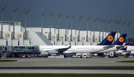 Aviões da Lufthansa em solo no aeroporto internacional de Munique, na Alemanha, nesta segunda-feira. 09/11/2015 REUTERS/Michael Dalder