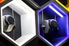 """Tag Heuer, première marque de montres du groupe LVMH, a commercialisé lundi ses premières montres connectées, un produit développé en commun avec Google et Intel et censé contrer les ventes en berne des montres traditionnelles. La """"Tag Heuer Connected"""" coûte 1.500 dollars (1.395 euros). /Photo prise le 9 novembre 2015/REUTERS/Shannon Stapleton"""