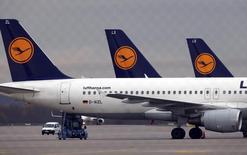Lufthansa a déposé mardi un recours en justice contre la grève de son personnel de cabine, qui est le plus long mouvement social auquel la compagnie ait été confrontée. La compagnie dit perdre au moins 10 millions d'euros par jour de grève. /Photo prise le 9 novembre 2015/REUTERS/Michael Dalder