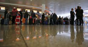 Devant le guichet de Lufthansa à l'aéroport de Munich. L'UFO, principal syndicat du personnel navigant commercial de la compagnie allemande, a lancé mardi un appel à la grève pour les trois prochains jours, prolongeant le mouvement qui a débuté vendredi pour protester contre le projet de réforme du régime de retraites de la compagnie. /Photo prise le 9 novembre 2015/REUTERS/Michael Dalder