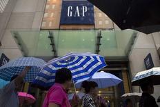 Gap, à suivre mardi à la Bourse de New York. Le géant américain de l'habillement a annoncé lundi soir une baisse de 3% de ses ventes au troisième trimestre à 3,86 milliards de dollars, contre 3,93 milliards attendus. Le titre perdait plus de 6% dans les transactions hors séance. /Photo prise le 16 juin 2015/REUTERS/Brendan McDermid