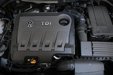 """L'autorité allemande de régulation du secteur automobile (KBA) n'a pas jugé """"problématique"""" la présence du logiciel contesté de Volkswagen dans des moteurs diesel de grosses cylindrées circulant en Europe, selon le directeur général du constructeur en Grande-Bretagne, Paul Willis, qui estime cette technologie compatible avec la réglementation en vigueur dans l'UE. /Photo prise le 30 septembre 2015/REUTERS/Stefan Wermuth"""