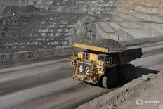 Imagen de archivo de un camión con un cargamento de zinc en la mina Oz Minerals Century Mine en Lawn Hill, Australia, dic 30, 2008. Los precios del zinc cayeron el martes a su nivel más bajo en más de cinco años, golpeados por la fortaleza del dólar, preocupaciones por el exceso de suministro y el descenso de la demanda en China, el mayor consumidor mundial de metales.    REUTERS/OZ Minerals/Handout  IMAGEN SOLO PARA USO EDITORIAL