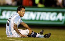 Jogador argentino Carlos Tevez durante jogo contra o Paraguai, em Assunção, em outubro. 13/10/2015 REUTERS/Jorge Adorno