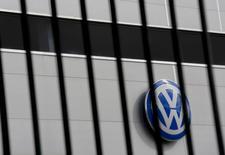 El logo de Volkswagen fotografiado en una de sus consesionarias en Camas, cerca de Sevilla, España, 5 de noviembre de 2015. El organismo regulador de automóviles de Alemania dijo el miércoles que someterá a pruebas a más de 50 modelos de vehículos de 23 marcas alemanas y extranjeras bajo la sospecha de que hubo una mayor manipulación en el nivel de emisiones de óxido de nitrógeno en motores diésel. REUTERS/Marcelo del Pozo