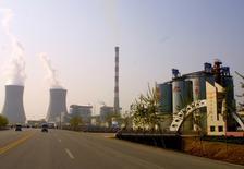 Una planta de la cementera Shanshui Cement en Liaocheng, China, abr 1, 2004. China Shanshui Cement advirtió de que el jueves no cumplirá con un pago de más de 300 millones de dólares y que nombrará a liquidarores, en una señal de que las autoridades chinas están más dispuestas a dejar que las firmas débiles fracasen.  REUTERS/China Daily  IMAGEN CON RESTRICCION DE USO EN CHINA