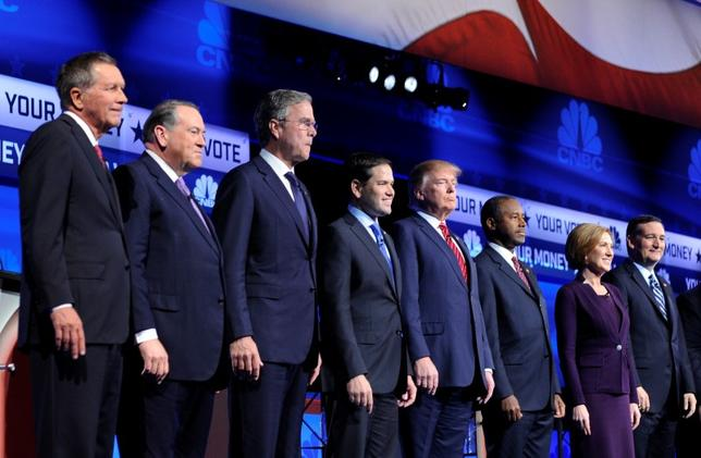 Republican U.S. presidential candidates (L-R) Governor John Kasich, former Governor Mike Huckabee, former Governor Jeb Bush, U.S. Senator Marco Rubio, businessman Donald Trump, Dr. Ben Carson, former HP CEO Carly Fiorina and U.S. Senator Ted Cruz pose before the start of the 2016 U.S. Republican presidential candidates debate held by CNBC in Boulder, Colorado, October 28, 2015. REUTERS/Evan Semon