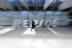 Una mujer pasa junto al logo de Repsol en su sede de Madrid, el 26 de febrero de 2015. La petrolera española Repsol reportó el jueves una caída de un 62 por ciento en su utilidad neta del tercer trimestre frente al mismo período del año anterior, luego de que la debilidad en los precios del petróleo más que contrarrestó un negocio sólido de refino. REUTERS/Susana Vera